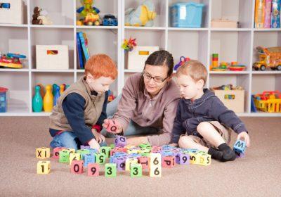 پرستار و مراقب کودک در خانه